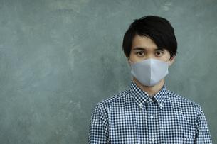 マスクをつけた男性の写真素材 [FYI04626452]