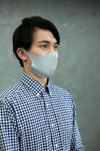 マスクをつけた男性の写真素材 [FYI04626455]