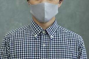 マスクをつけた男性の写真素材 [FYI04626457]