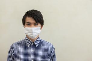 マスクをつけた男性の写真素材 [FYI04626459]
