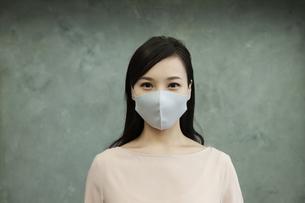マスクをつけた女性の写真素材 [FYI04626467]