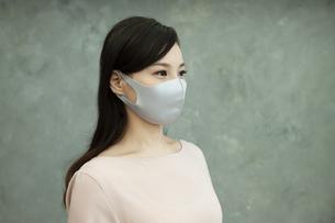 マスクをつけた女性の写真素材 [FYI04626469]