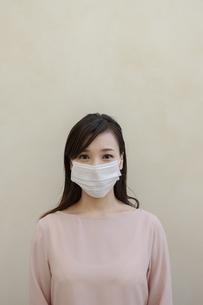 マスクをつけた女性の写真素材 [FYI04626470]