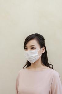 マスクをつけた女性の写真素材 [FYI04626471]