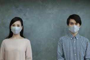マスクをつけた男女の写真素材 [FYI04626475]
