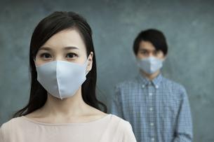 マスクをつけた男女の写真素材 [FYI04626477]