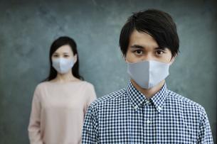 マスクをつけた男女の写真素材 [FYI04626478]