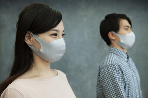 マスクをつけた男女の写真素材 [FYI04626479]