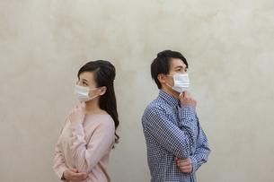 マスクをつけた男女の写真素材 [FYI04626485]