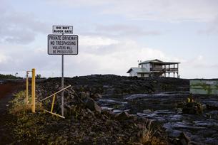 ハワイ島溶岩と家の写真素材 [FYI04626493]