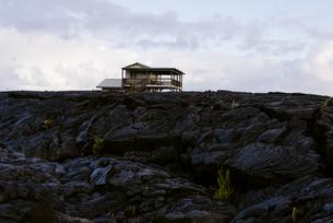 ハワイ島溶岩と建物の写真素材 [FYI04626494]