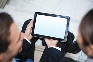 タブレットpcを見せるビジネスマンの写真素材 [FYI04626510]