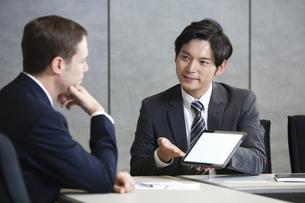 タブレットpcを見せるビジネスマンの写真素材 [FYI04626518]