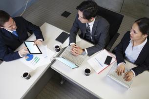 タブレットpcを見せる外国人ビジネスマンの写真素材 [FYI04626521]