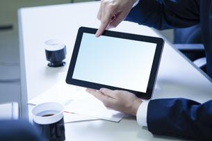 タブレットpcを指差すビジネスマンの写真素材 [FYI04626524]