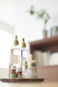リビングのテーブルの上の数種類のコスメとアロマオイルの小瓶の写真素材 [FYI04626535]