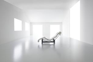 白い空間の中にある椅子の写真素材 [FYI04626673]