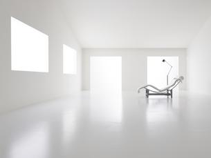 白い空間の中にある椅子とフロアライトの写真素材 [FYI04626675]