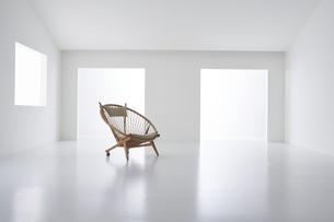 白い空間の中にある椅子の写真素材 [FYI04626679]
