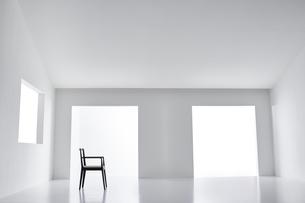 白い空間の中にある椅子の写真素材 [FYI04626688]