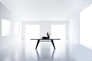 白い空間の中にあるテーブルの写真素材 [FYI04626694]