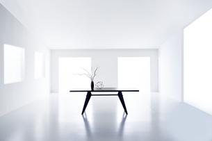 白い空間の中にあるテーブルの写真素材 [FYI04626696]