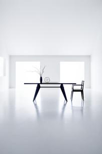 白い空間の中にあるテーブルと椅子の写真素材 [FYI04626697]