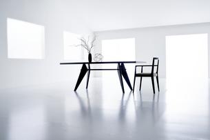 白い空間の中にあるテーブルと椅子の写真素材 [FYI04626699]