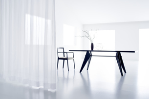 白い空間の中にあるテーブルと椅子の写真素材 [FYI04626701]