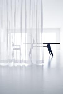 白い空間の中にあるテーブルと椅子の写真素材 [FYI04626703]