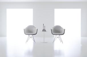 白い空間の中にある二脚の椅子の写真素材 [FYI04626704]