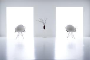 白い空間の中にある二脚の椅子の写真素材 [FYI04626706]