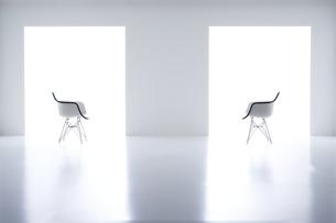 白い空間の中にある二脚の椅子の写真素材 [FYI04626707]