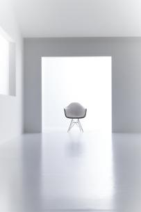 白い空間の中にある椅子の写真素材 [FYI04626709]