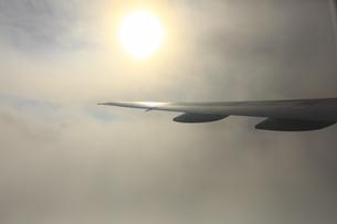 翼と太陽の写真素材 [FYI04626716]