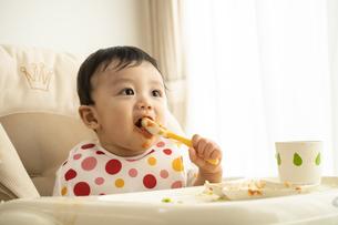 離乳食を食べる赤ちゃんの写真素材 [FYI04626931]