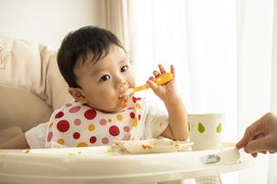 離乳食を食べる赤ちゃんの写真素材 [FYI04626932]