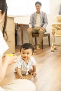 リビングで赤ちゃんと遊ぶ家族の写真素材 [FYI04626933]