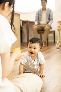 リビングで赤ちゃんと遊ぶ家族の写真素材 [FYI04626934]