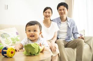 リビングの赤ちゃんと家族の写真素材 [FYI04626940]