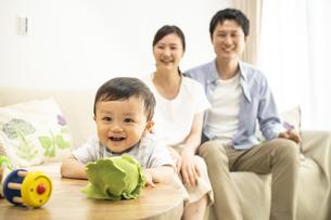 リビングの赤ちゃんと家族の写真素材 [FYI04626941]