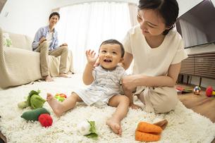 リビングの赤ちゃんと家族の写真素材 [FYI04626942]