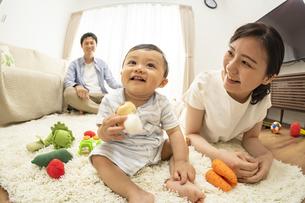 リビングの赤ちゃんと家族の写真素材 [FYI04626943]