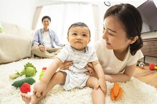 リビングの赤ちゃんと家族の写真素材 [FYI04626945]