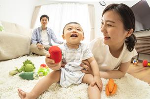 リビングの赤ちゃんと家族の写真素材 [FYI04626946]