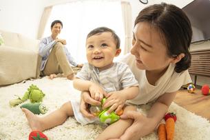 リビングの赤ちゃんと家族の写真素材 [FYI04626947]