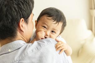 父親に抱かれる赤ちゃんの写真素材 [FYI04626948]