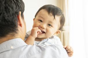 父親に抱かれる赤ちゃんの写真素材 [FYI04626949]