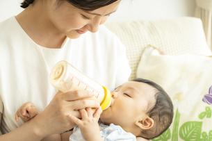 ママにミルクを飲ませてもらう赤ちゃんの写真素材 [FYI04626951]
