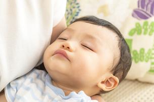 赤ちゃんの寝顔の写真素材 [FYI04626952]